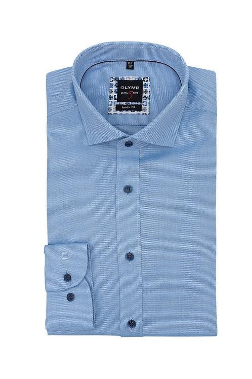 Рубашка Olymp Level Five голубая с выделкой и контрастными пуговицами.