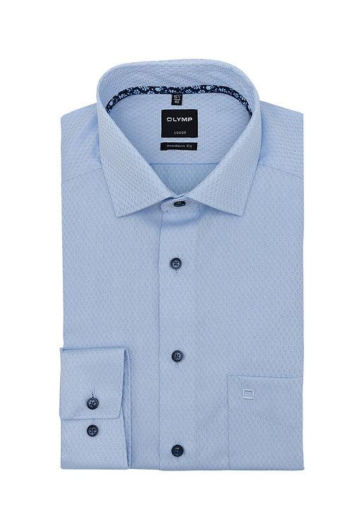 Рубашка Olymp Luxor светло-голубая с фигурной выделкой и контрастным патчем.