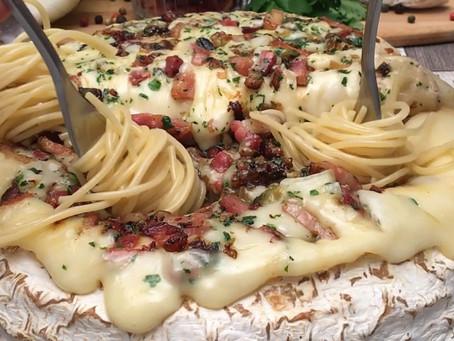 Na Cozinha com o Chef: Queijo Brie forma inteira gratinado com spaghetti e amêndoas tostadas
