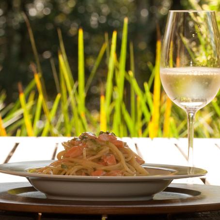 Espaguete com salmão e alho poró: confira receita e como harmonizar