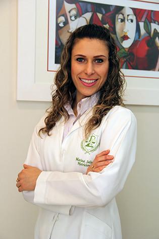 Marina Salvador é nutricionista, graduada pela Universidade Feevale, Pós-Graduada em Nutrição Clínica Funcional, Nutrição Esportiva Funcional e atualmente Pós-Graduanda em Nutrição Funcional em Fitoterapia