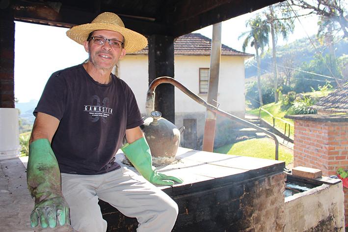 Renato Lovatel tem como principal atividade na propriedade rural a elaboração artesanal de graspa