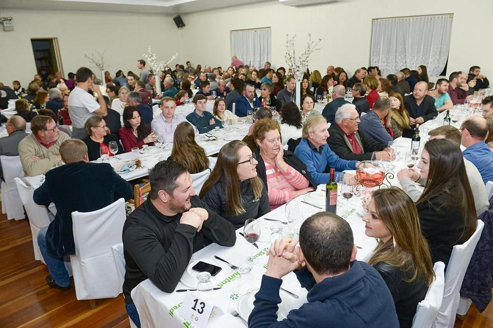 Durante o jantar o público pôde apreciar os vinhos das vinícolas participantes