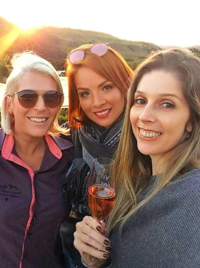A anfitriã Patty Ferraz (à esquerda) acolheu as apreciadoras de bons vinhos, Heloise Violène Guil Chociai (Lady in Red Wines) e Séfora Kniphoff (Vinhos & Caminhos) durante o famoso 'sunset' na vinícola Vinhedos do Monte Agudo