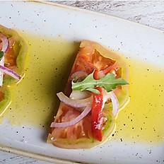Taquitos de bonito del norte, con tomate de temporada,  pimientos asados al ajillo y rúcula