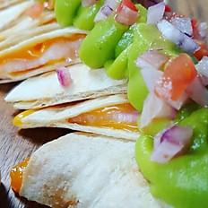 La auténtica quesadilla mexicana (rellena de beicon y queso  cheddar, con su pico de gallo y vinagreta de jalapeños)