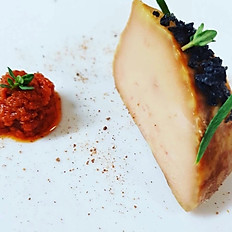 Foie gras de pato hecho en casa, curado en sal, tomate seco dulce, confitura de naranja.
