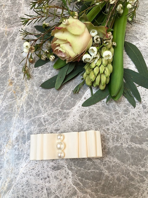 Bow Medium Ivory pearls