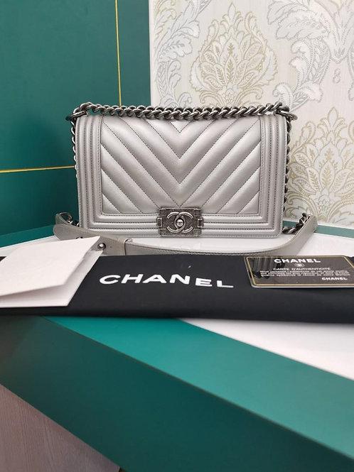 #22 Excellent Chanel Boy Old Medium Silver Chevron Cavair RHW