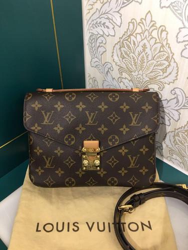 60403eec0c06 Like New LV Louis Vuitton Pochette Metis Monogram Canvas