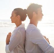 Sahilde meditasyon Çift