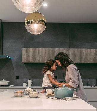 kvinna och ett barn i ett kök