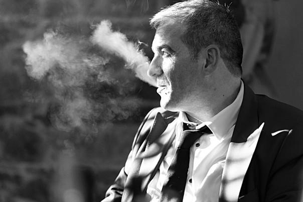 Une pause cigarette durant une soirée de mariage