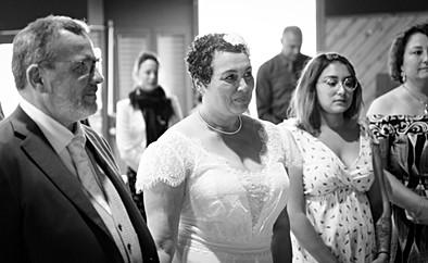 La mariée devant l'autel