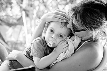 Un câlin entre une mère et son fills