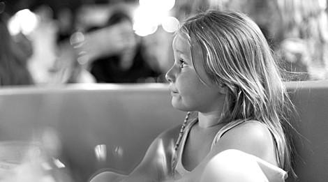 Portrait d'une enfant perdue dans ses pensées