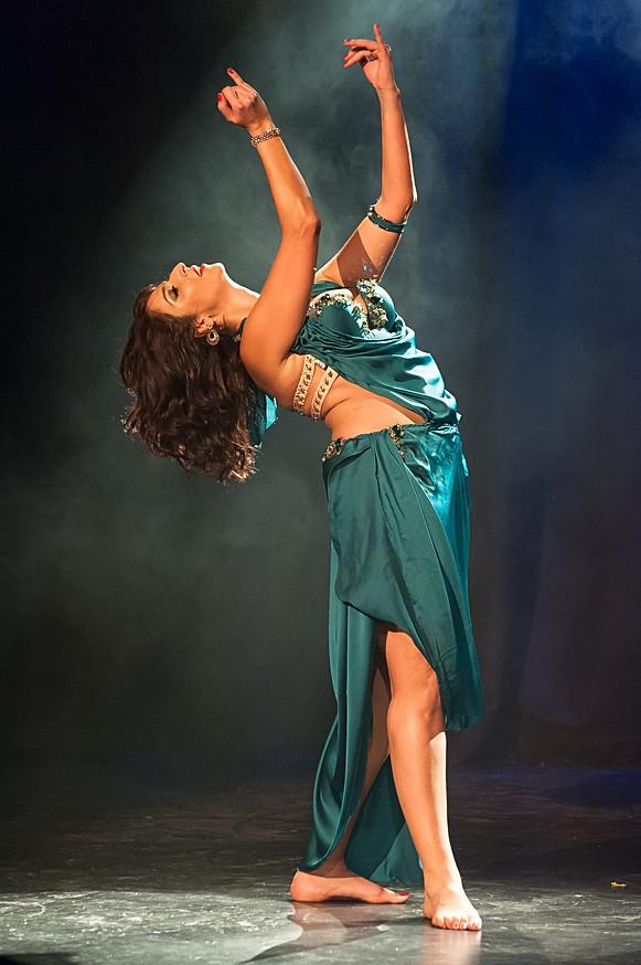 Une danseuse orientale sous le feu des projecteurs