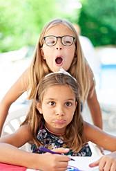 Deux sœurs jouent en faisant la grimace en vacances été