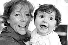 Moment de joie entre une grand mère et sa petite fille
