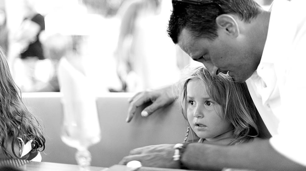 Un instant intime et privilégié entre un père et sa fille