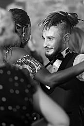 Une danse rapprochée durant la soirée de mariage