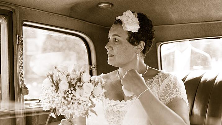 Portrait de la mariée dans la voiture de mariage