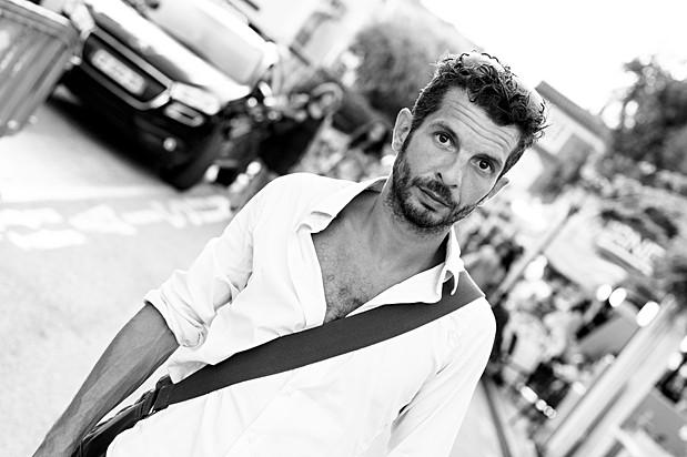 Portrait d'un homme dans la rue