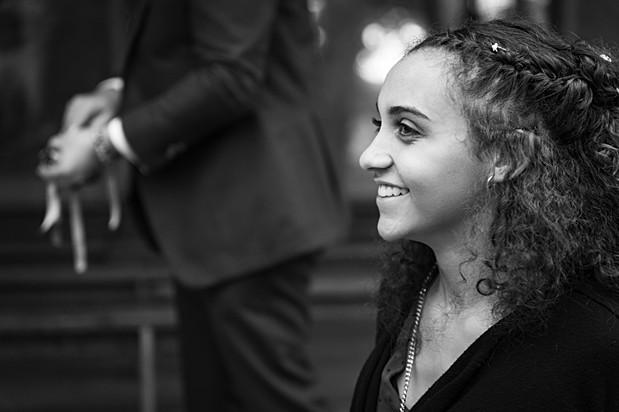 Portrait d'une jeune fille le sourire au lèvre