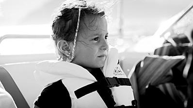 Portrait d'une enfant navigant sur la mer méditerranée