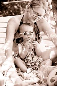 Une mère et son enfant durant le goûter