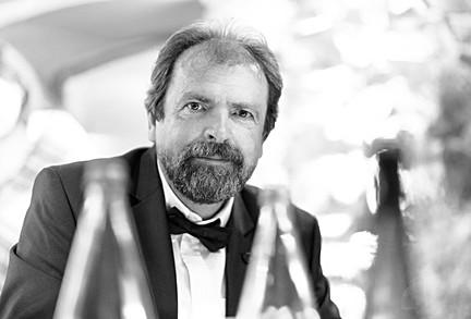 Portrait d'un homme durant un diner habillé