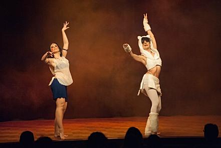 Duo de danseuses orientales en plein spectacle