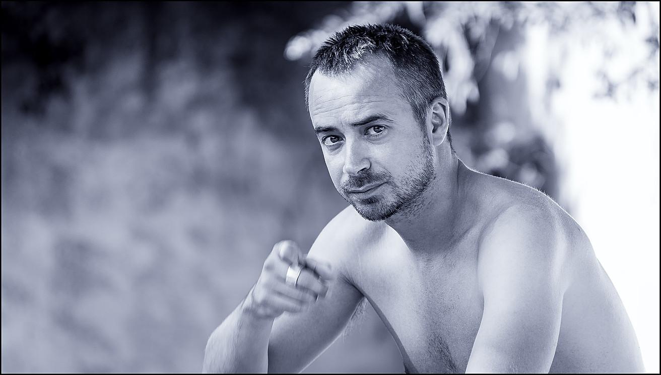 Portrait d'un homme pointant du doit