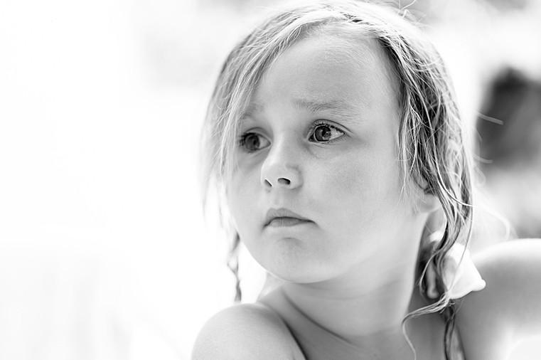 Portrait d'une enfant au regard intense