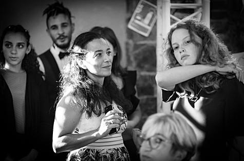 Un regard évocateur au cours d'une soirée de mariage