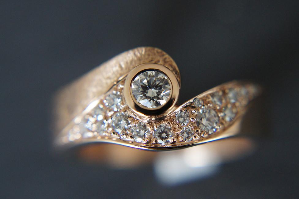 Wow, ein Ring der einem umhaut, Rotgold mit Brillanten.