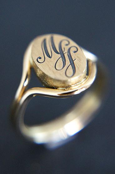 Ring gelbgold mit Gravur_bearbeitet.jpg