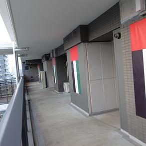 علم الإمارات يزين مقر وفدنا المشارك بالقرية الأولمبية في طوكيو، تمهيداً لاستقبال رياضيينا المشاركين بالنسخة الثانية والثلاثين من دورة الألعاب الأولمبية. وتتكون القرية من 21 مبنى سكني و 3800 شقة، وتقع في منطقة هارومي بالعاصمة اليابانية.