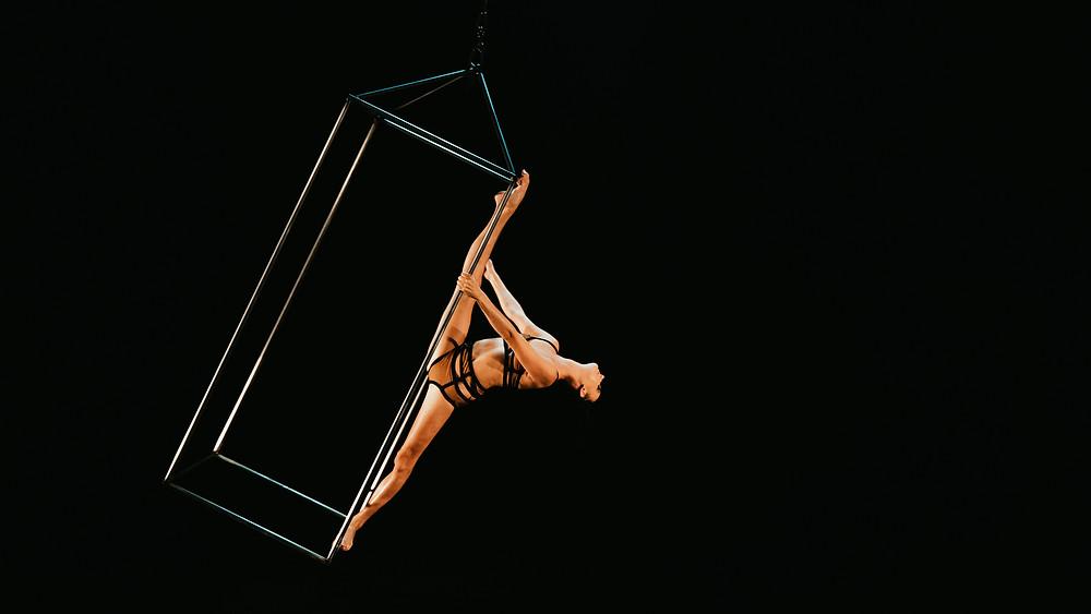 Las Vegas photographer hayway films captured acrobat doing the splits