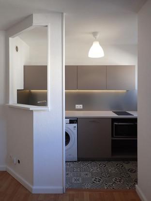 Une cuisine toute équipée dans un espace réduit