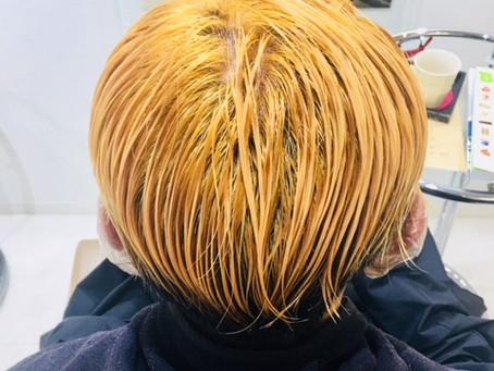 髪をブルーに