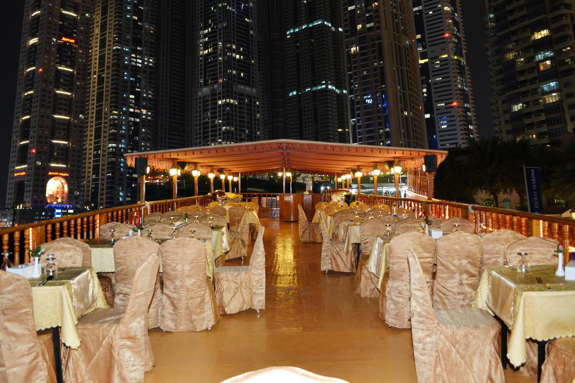 Ужин на арабской лодке Доу