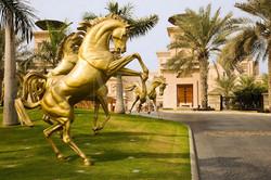 Al Qasr Hotel Dubai золотые скакуны