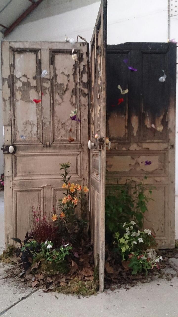 Manège n°2 (portes en bois, terre, plantes vivaces)