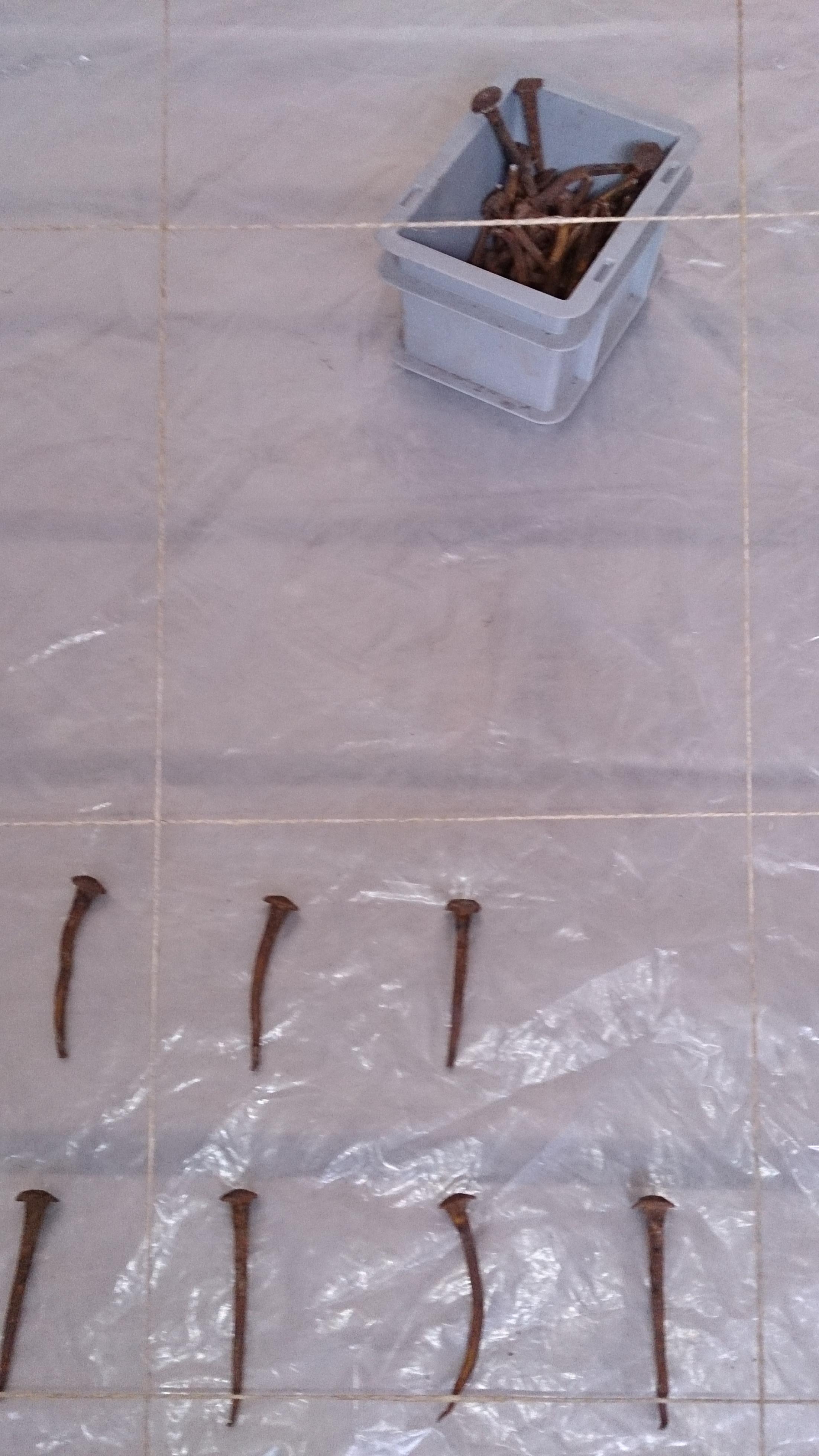 Cruxéologie - détail (clous, cordelette, bache et boite plastique)