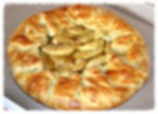 Прекрасное сочетание нежного, чуть соленого теста и сладких яблок, карамелизированных в коричневом сахаре.
