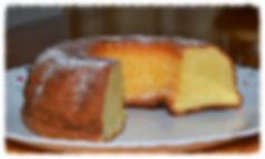 Мягкий сметанный пирог, покрытый толстым слоем крамбла (топпинга) из муки, масла, сахара и корицы.