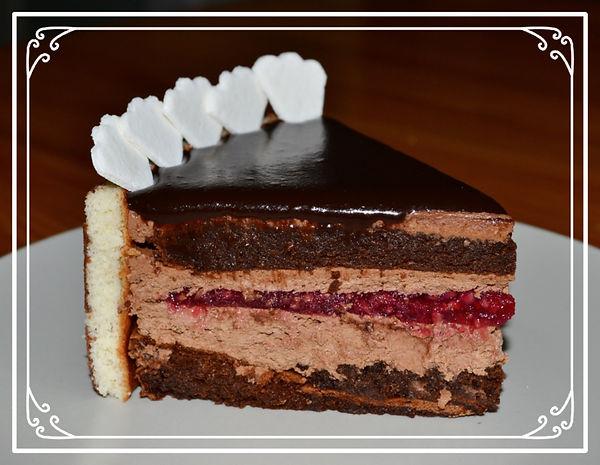 """Торт """"Рив Гош"""".Рив Гош - это Левый берег Сены, где расположены самые дорогие бутики, самые лучшие кондитерские и шикарные магазины Парижа. Именно эти районы вдохновили знаменитого французского кондитера Пьера Эрме на создание этого роскошного торта. Очень шоколадный бисквит без муки, шоколадно-малиновый мусс, пюре из свежей малины - яркий вкус, не похожий ни на один другой. Домащняя выпечка Светланы Коноваловой"""