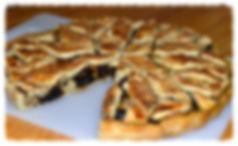 Тарт из песочного слоёного теста с начинкой, состоящей из яблок, изюма и ещё множества ингридиентов, что придаёт ей богатый, интересный вкус.