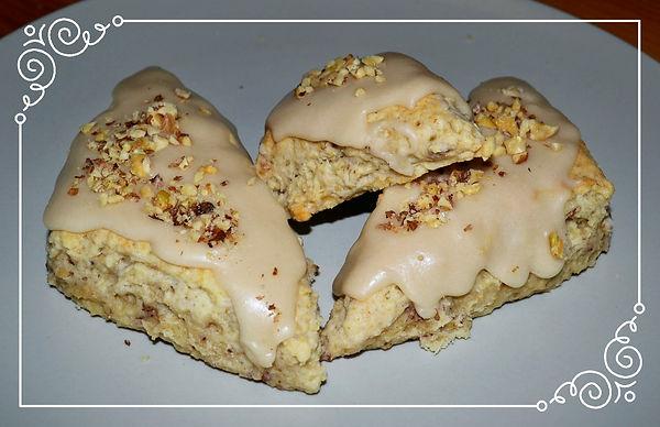 Кленово-овсяные сконы с орехами   Пирожное из воздушного, тающего во рту песочного теста с добавлением овсяных хлопьев и орехов в кленово-кофейной глазури. Домашняя выпечка Светланы Коноваловой